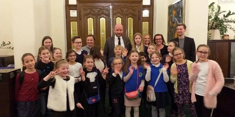 spotkanie uczniów szkoły podstawowej ATUT z Prezydentem Wrocławia Jackiem Sutrykiem