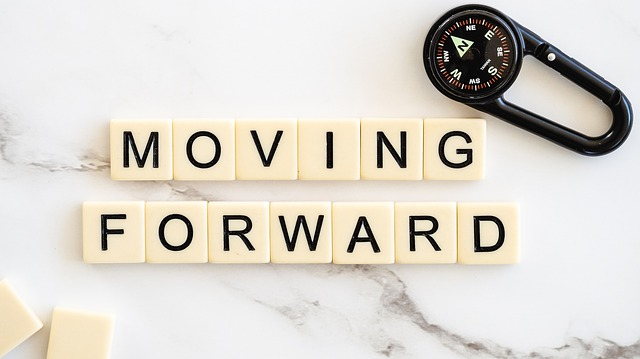 moving-forward-4777506_640 (1)